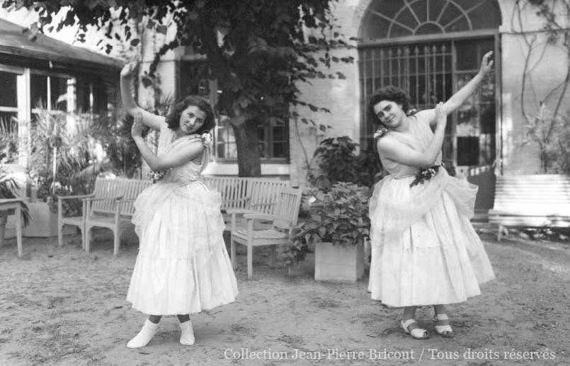 Deux danseuses posent devant l'objectif dans le cadre d'une représentation théâtrale. Collection Jean Pierre Bricout.
