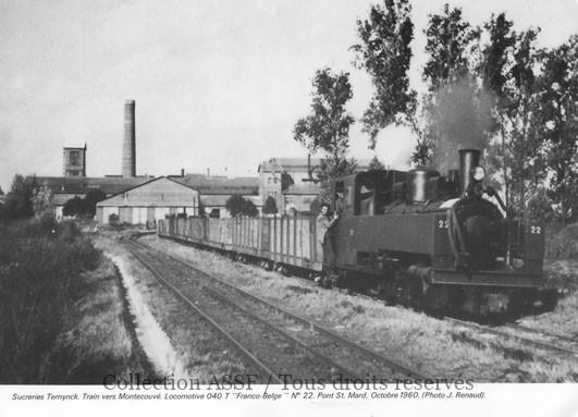 Les modèles de locomotives vapeur à tender incorporé (T) étaient très recherchés. Les tombereaux sont du type Decauville, sur lorries, sans arceau de renfort. La voie de gauche est à trois files de rails, permettant, à la fois, la circulation de matériels à écartement métrique et à écartement normal.