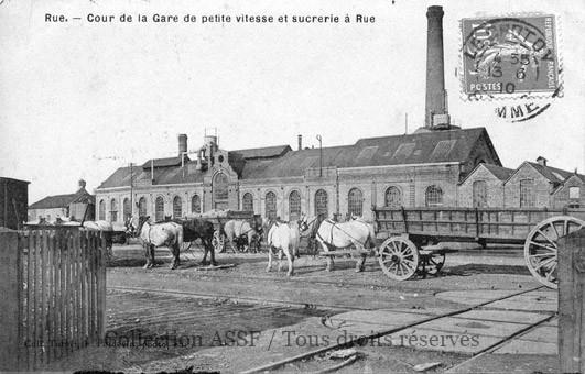 Les établissements sont souvent associés avec la gare du Chemin-de-fer. Notez, à droite du cliché, les deux plateformes tournantes (à la main !).