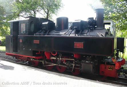 La même locomotive 040T N°4-12, de la société Franco-Belge, révisée et admirablement restaurée par l'Association du Musée des Transports de Pithiviers. Années 2000 (©AMTP)  Pour les puristes, cette locomotive est bien présentée à l'endroit sur les deux clichés. Certains sites présentent la photo de gauche à l'envers. Voir la position du seul feu blanc, à l'avant droit.
