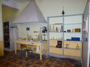 Le petit labo reconstitué avec sa hotte