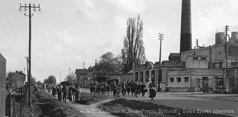 Choule 1957 / 1958 - Le cortège défile devant la fabrique. Coll. J. P. Bricout.