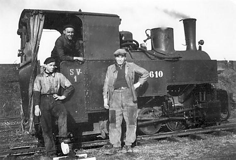 A Vierzy (02), en 1928, création des voies ferrées de largeur 0,60 mètre où les locomotives 030T Decauville, tirent des wagons de betteraves vers l'usine et repartent avec des pulpes. Trois hommes par convoi : un chauffeur, un conducteur et un serre-frein juché sur le dernier wagon et qui freine dans les descentes, sur l'ordre du conducteur, sous forme de coups de sifflets à vapeur. Les personnages : Marcel Roche et Canette. Roche, Bricaux et Poteau.