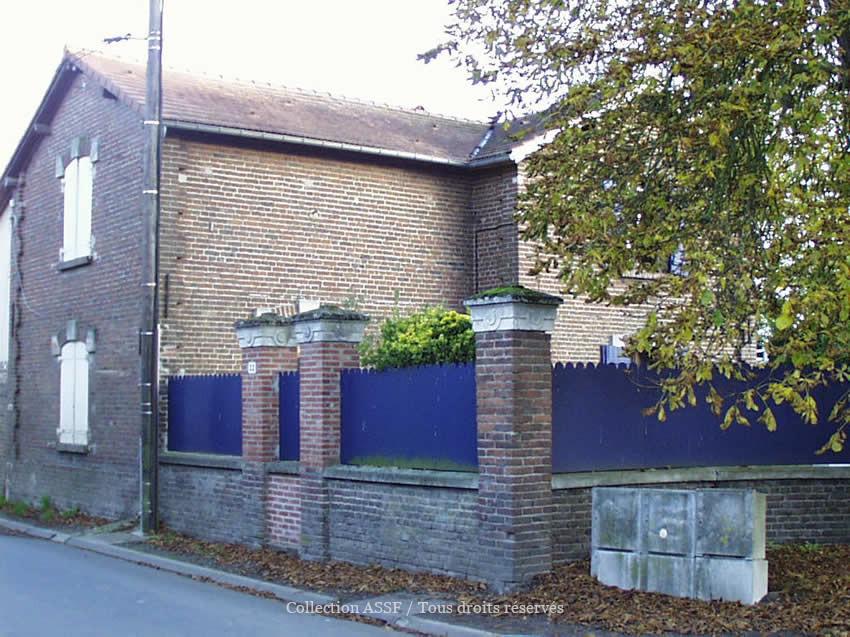 Logements ouvriers. On peut observer, en haut des piliers de brique, sous le chaperon, le motif retrouvé sur la clôture de l'ancienne sucrerie.