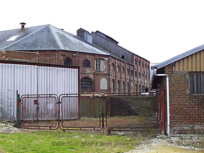Vue latérale des anciens bâtiments.