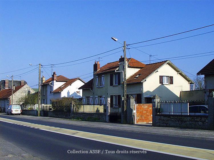 Les logements ouvriers situés de l'autre côté de la RD 1324.