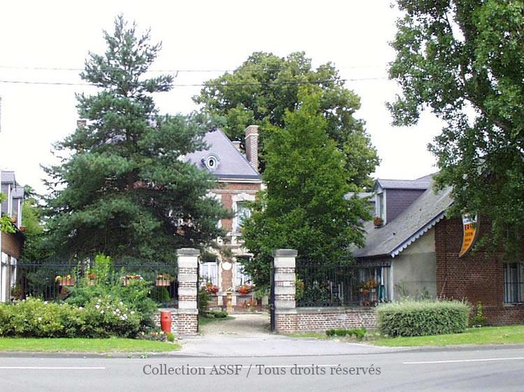 Il ne reste que peu de chose d'origine. La maison patronale ? Sur la facade, la date : 1938.