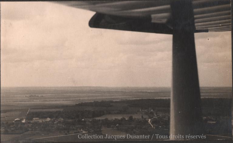 Vues aériennes des alentours du terrain, prises du 43. N.B.: on reconnaît le village de Francières et la Sucrerie dans le fond.