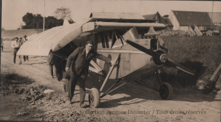 Adnot et ses camarades amènent l'avion (1933). N.B.: les bâtiments sont ceux du hameau de Fresnel.