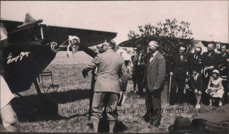 Meeting de Francières - Mr Benoit de Francières (de dos, au centre) et le Colonel Sutterlin (à droite) font baptiser le Potez du Club par Mme Benoit (cachée derrière M. Benoit) (x L Toison) (1933)